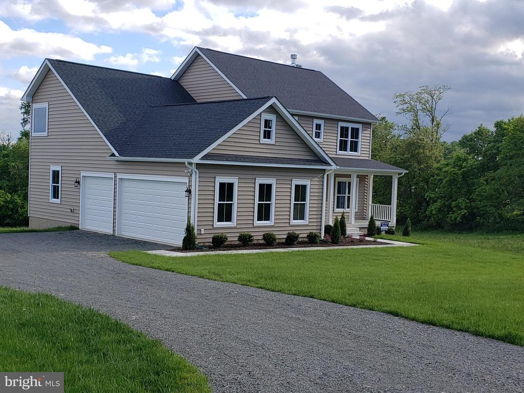 Look at that over-sized 3 car garage! - YAKEY LN, LOVETTSVILLE
