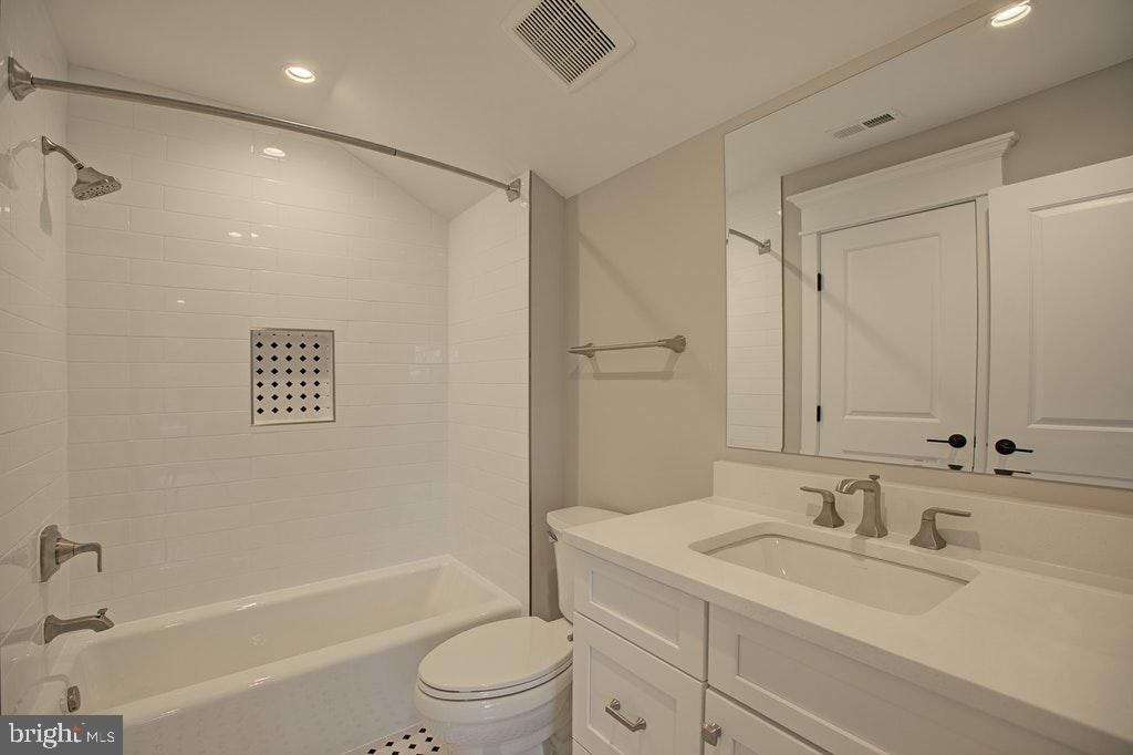 Loft Full bath Ensuite - 1922 BYRD RD, VIENNA
