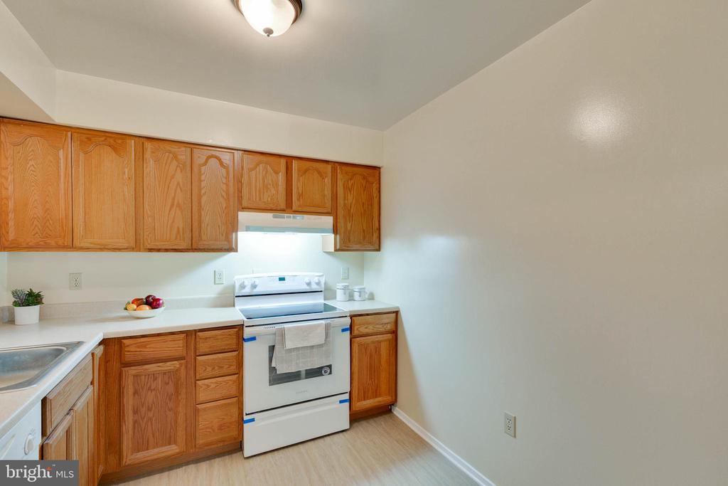 Kitchen - 5967 VALERIAN LN, ROCKVILLE