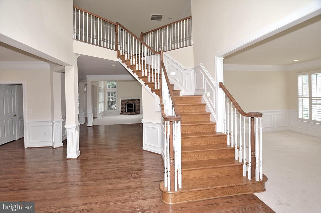 Foyer + family room - 8913 GRIST MILL WOODS CT, ALEXANDRIA