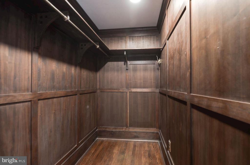Walk-in closet - 2820 FRANKLIN RD, ARLINGTON