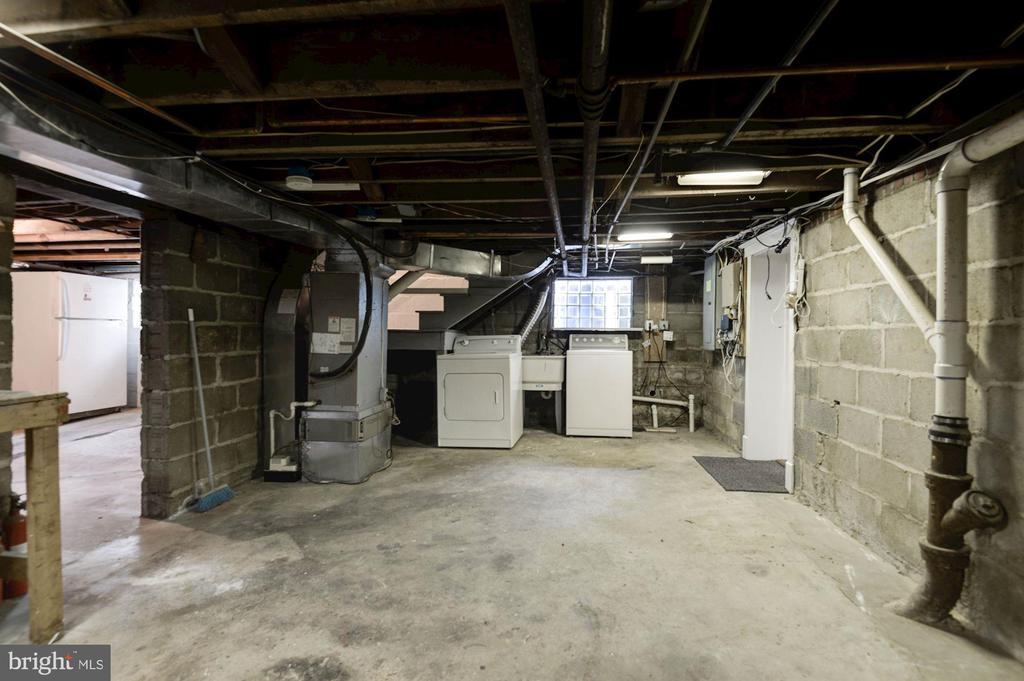 Unfinished basement with work bench - 2820 FRANKLIN RD, ARLINGTON