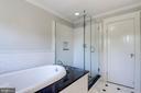 Master bathroom - 2820 FRANKLIN RD, ARLINGTON