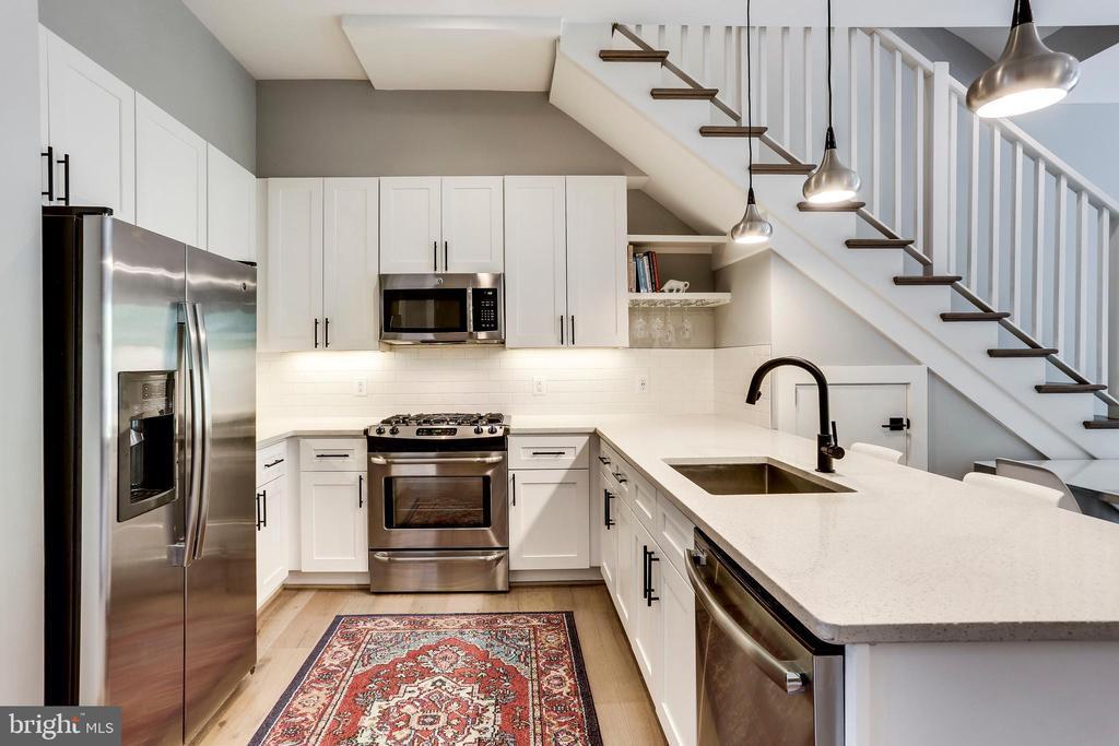 Classic kitchen & matte black hardware - 4326 GEORGIA AVE NW #402, WASHINGTON