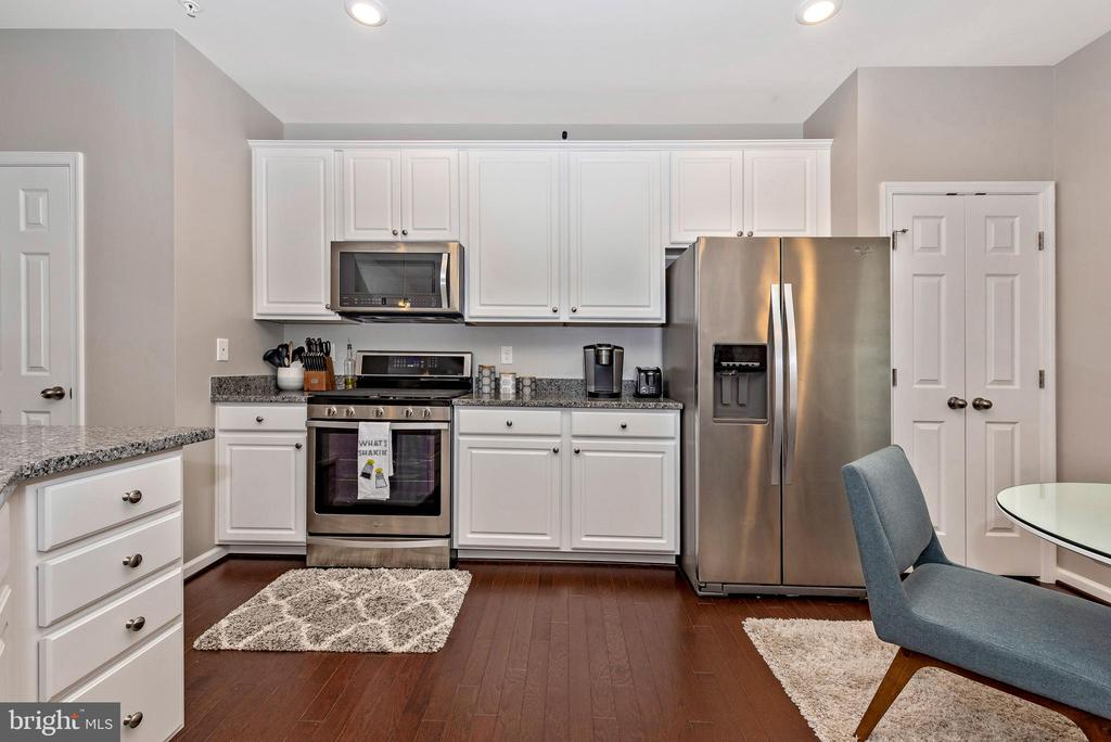 KITCHEN W/ WHITE CABINETS AND SS APPLIANCES - 6175 MARGARITA WAY, FREDERICK