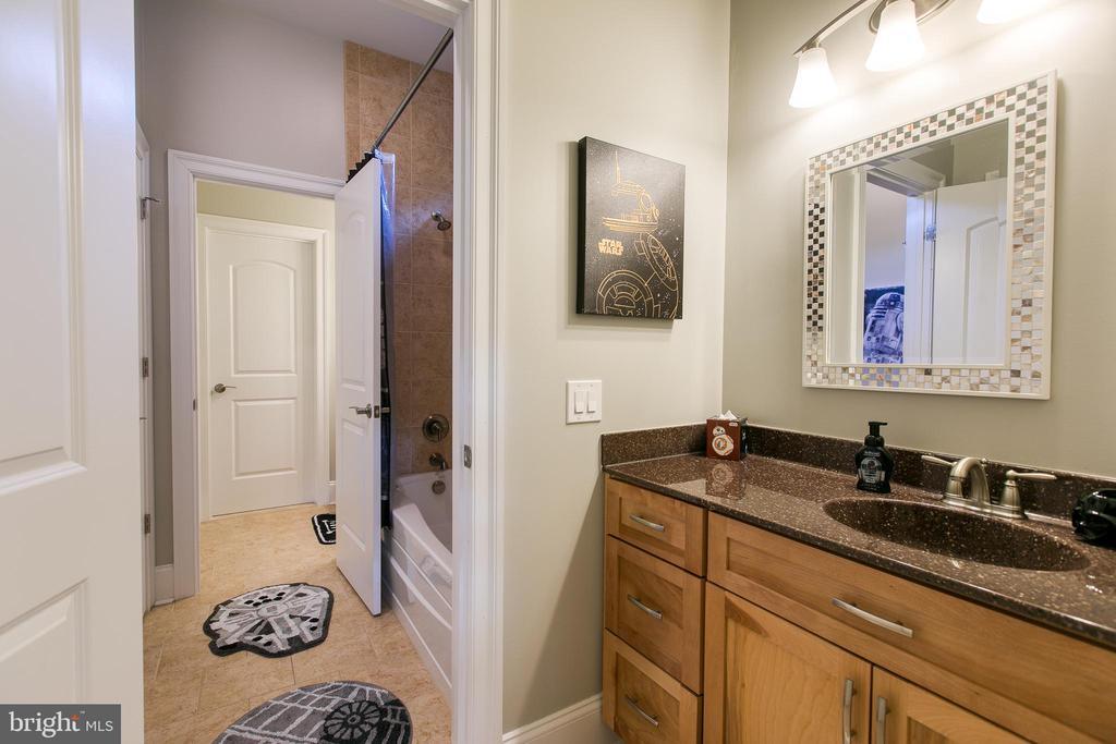 Jack 'n Jill Bathroom - 1249 POPLAR RD, STAFFORD