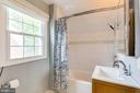 Upper level full bathroom - 4900 16TH ST N, ARLINGTON