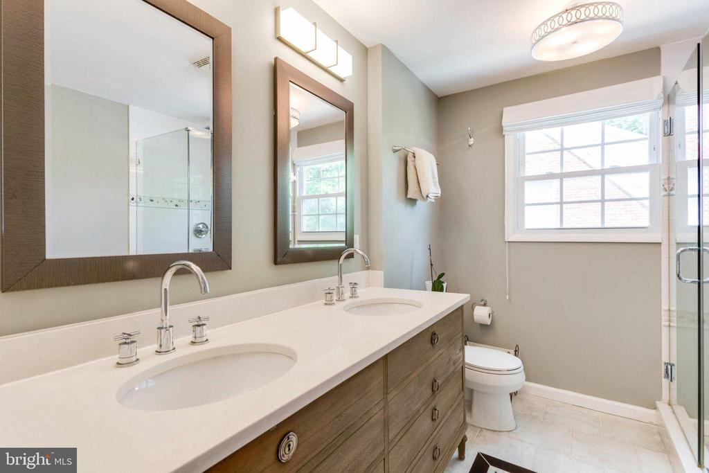 Master bathroom - 4900 16TH ST N, ARLINGTON