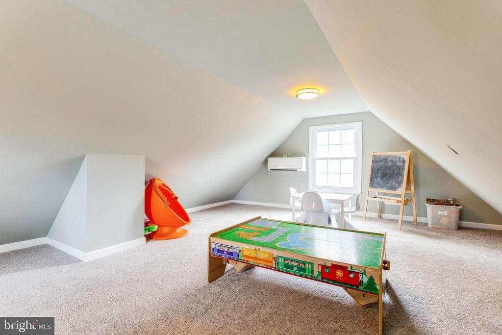 Attic playroom - 4900 16TH ST N, ARLINGTON