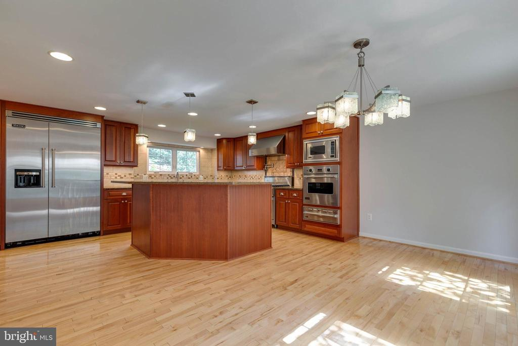 Chef's Kitchen with Granite Counters - 628 3RD ST, HERNDON