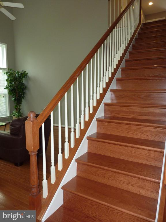 Hardwood Stairway - 5322 SAMMIE KAY LN, CENTREVILLE