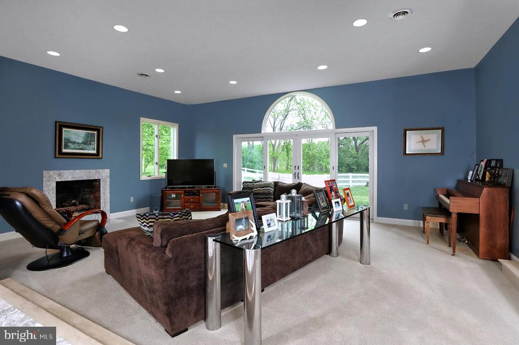 Family Room is inviting with its fireplace - 17 AQUA TER, HAMILTON