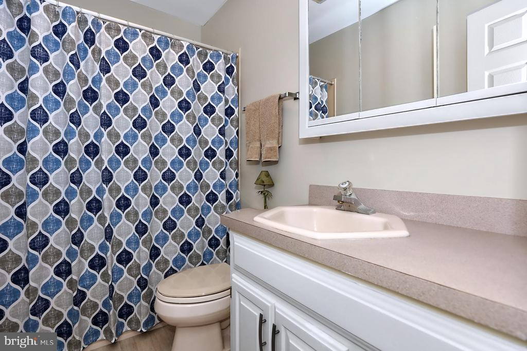 Hall bath - 17 AQUA TER, HAMILTON
