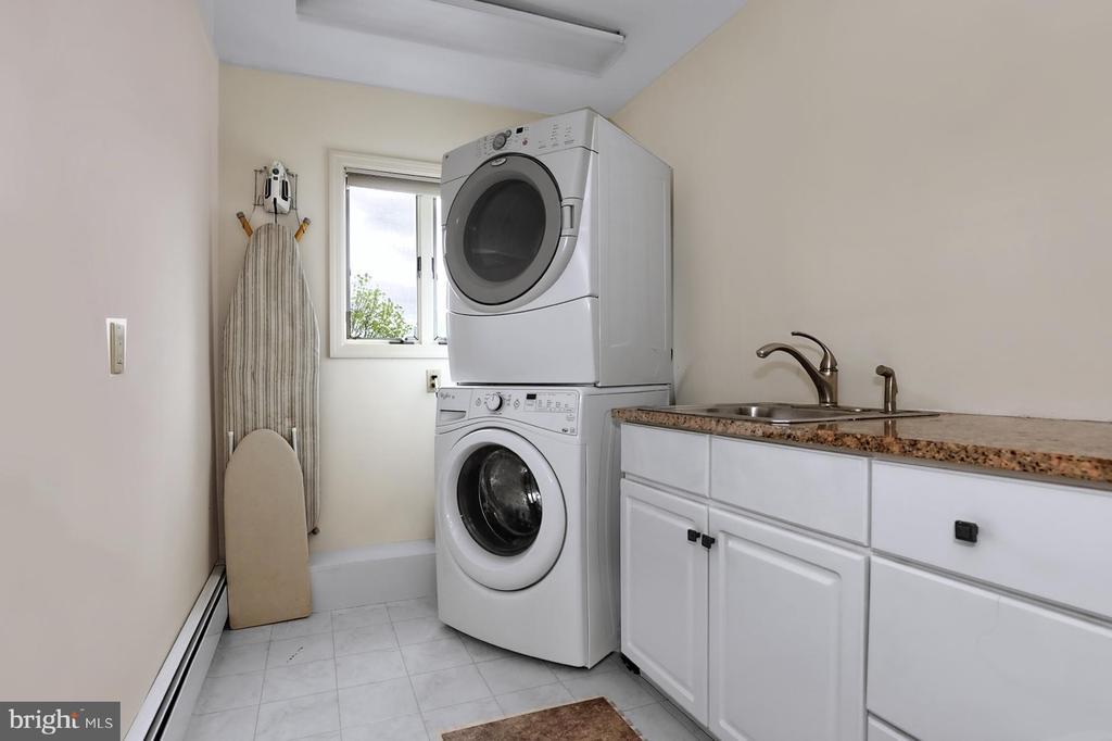 Second floor laundry room - 17 AQUA TER, HAMILTON