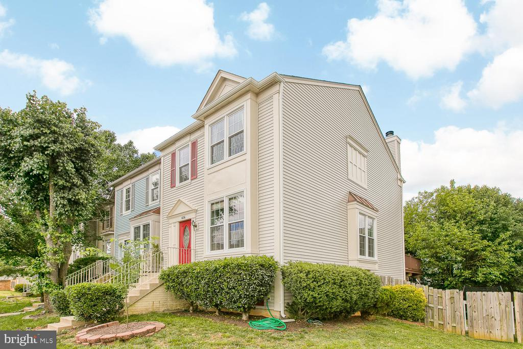 Beautiful, updated end unit - 606 FALKIRK CT, FREDERICKSBURG