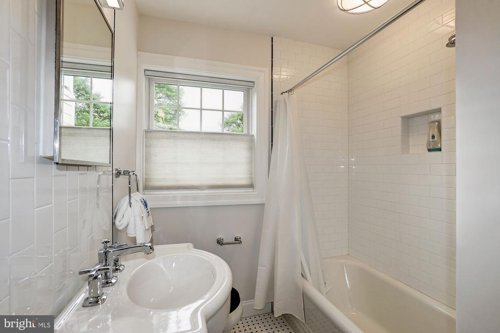 Main Level - Full Bath - 1929 N QUINCY ST, ARLINGTON