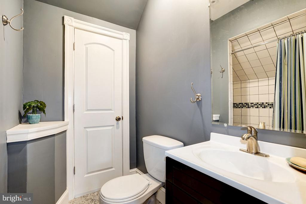 Second Upper Level - Full Bath - 1929 N QUINCY ST, ARLINGTON