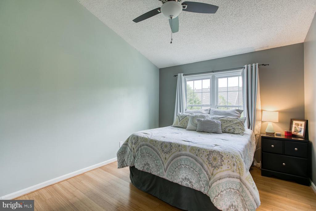 Master bedroom with vaulted ceilings - 606 FALKIRK CT, FREDERICKSBURG