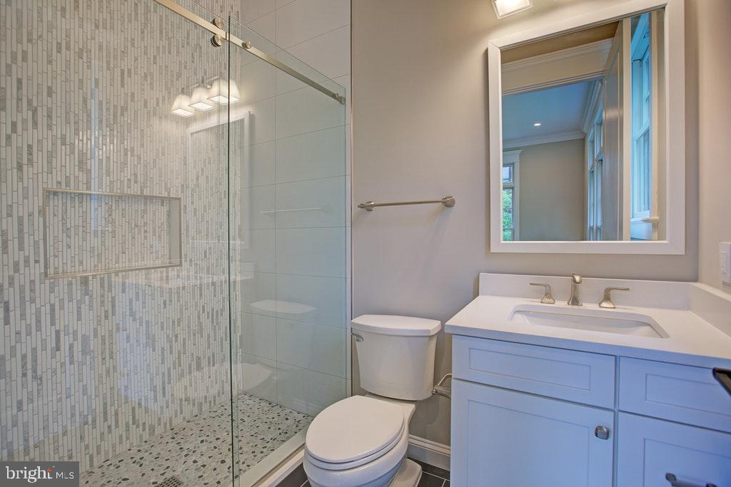 Full bath Ensuite on Main level - 1922 BYRD RD, VIENNA