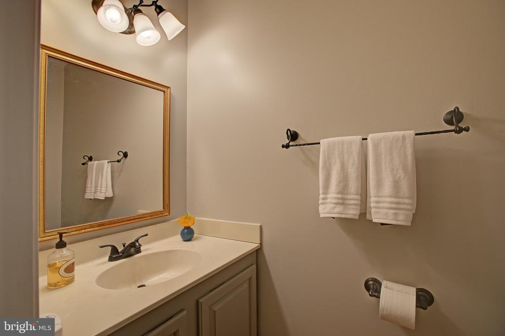 Main level half bath - 3113 CALLOWAY CT, WOODBRIDGE