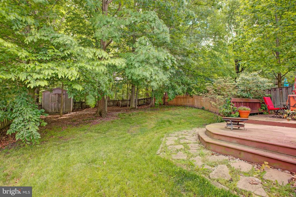 Huge back yard... Tons of GREEN! - 3113 CALLOWAY CT, WOODBRIDGE