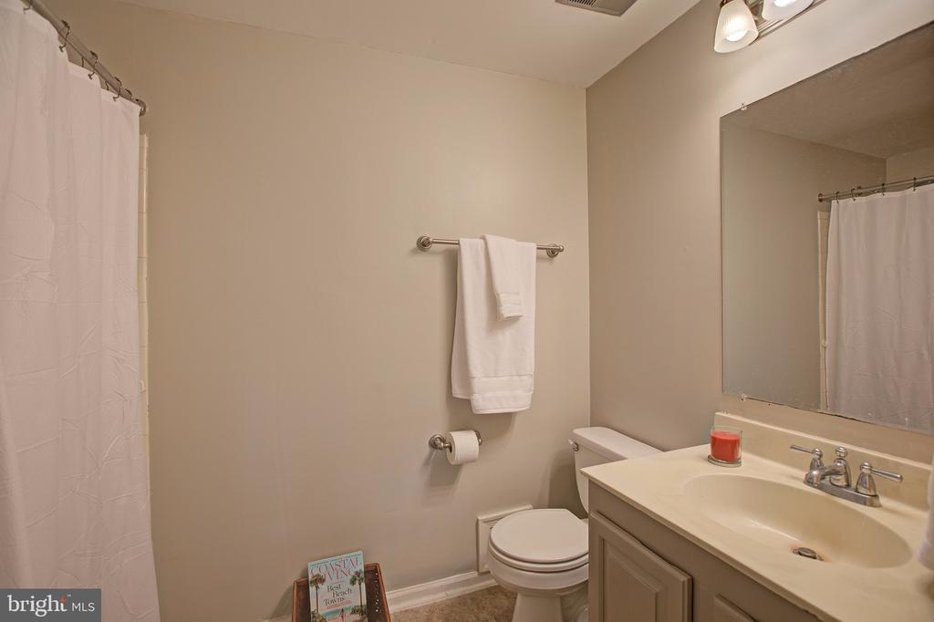 Upper level second full bathroom - 3113 CALLOWAY CT, WOODBRIDGE