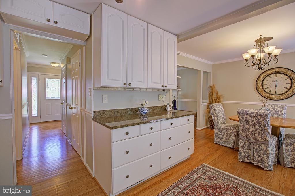 More cabinet space! - 3113 CALLOWAY CT, WOODBRIDGE