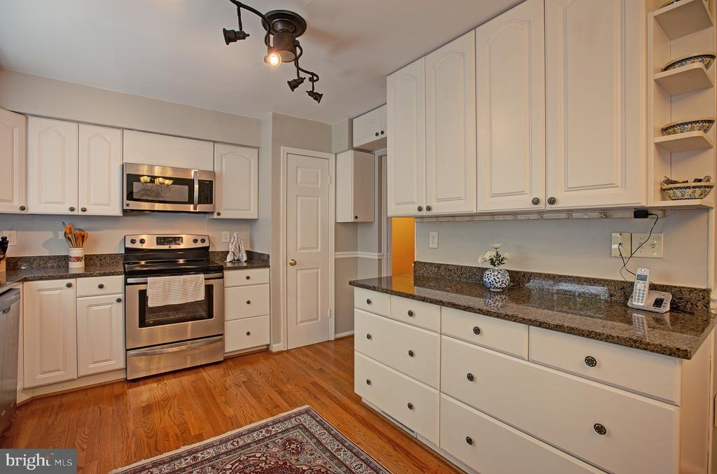 Loads of cabinet space! - 3113 CALLOWAY CT, WOODBRIDGE
