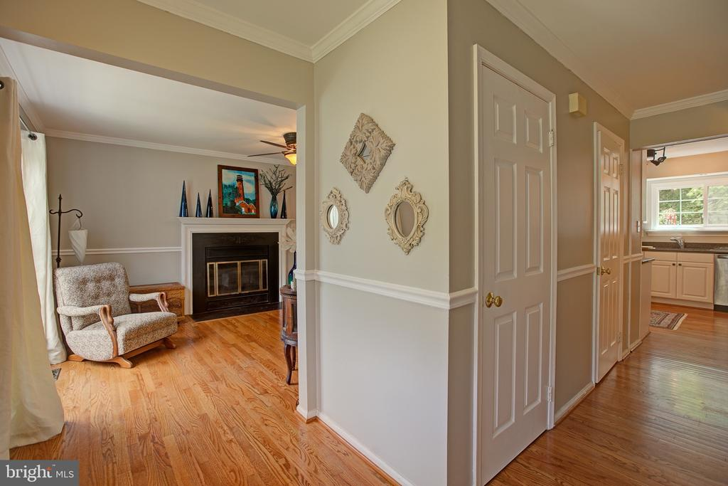 Entry/foyer... Ample storage - 3113 CALLOWAY CT, WOODBRIDGE