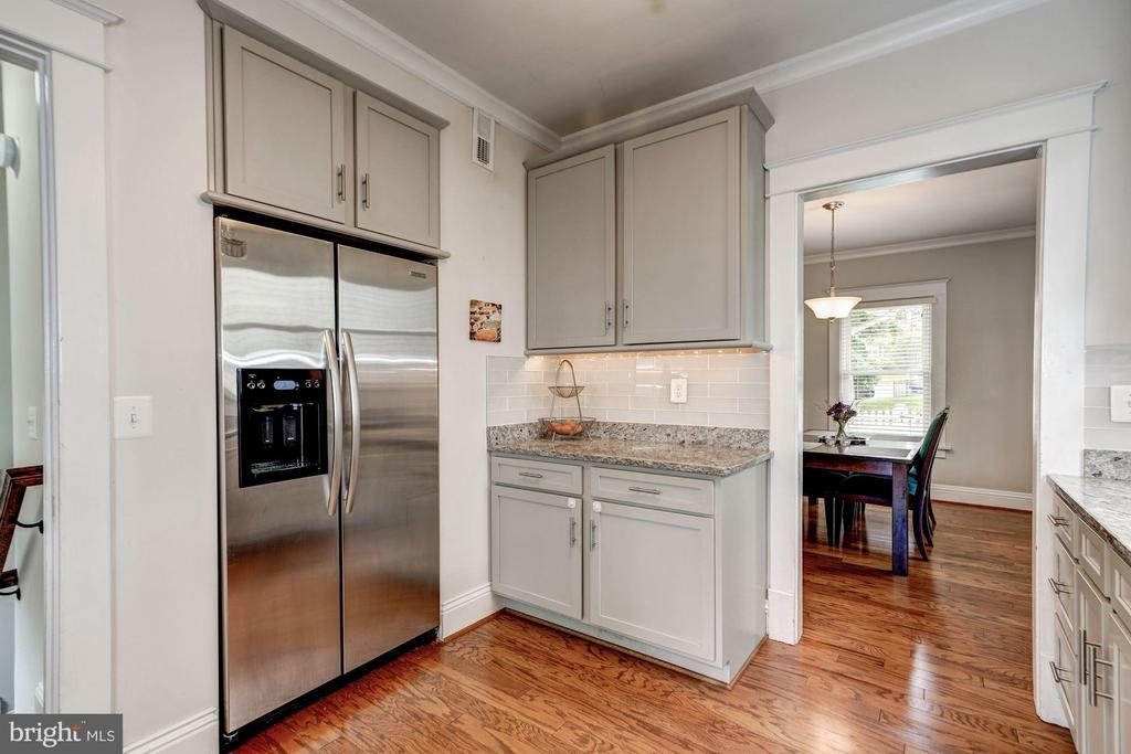 Granite counter tops and maple cabinets - 1703 N RANDOLPH ST, ARLINGTON