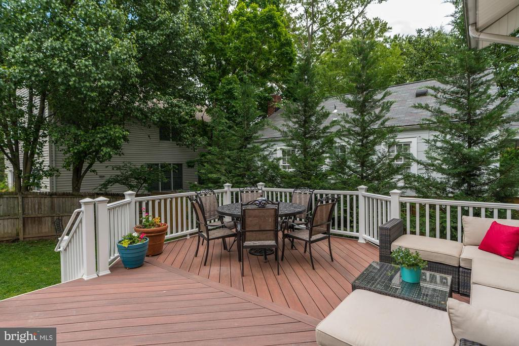 Trex deck for outdoor eating and entertaining - 1703 N RANDOLPH ST, ARLINGTON