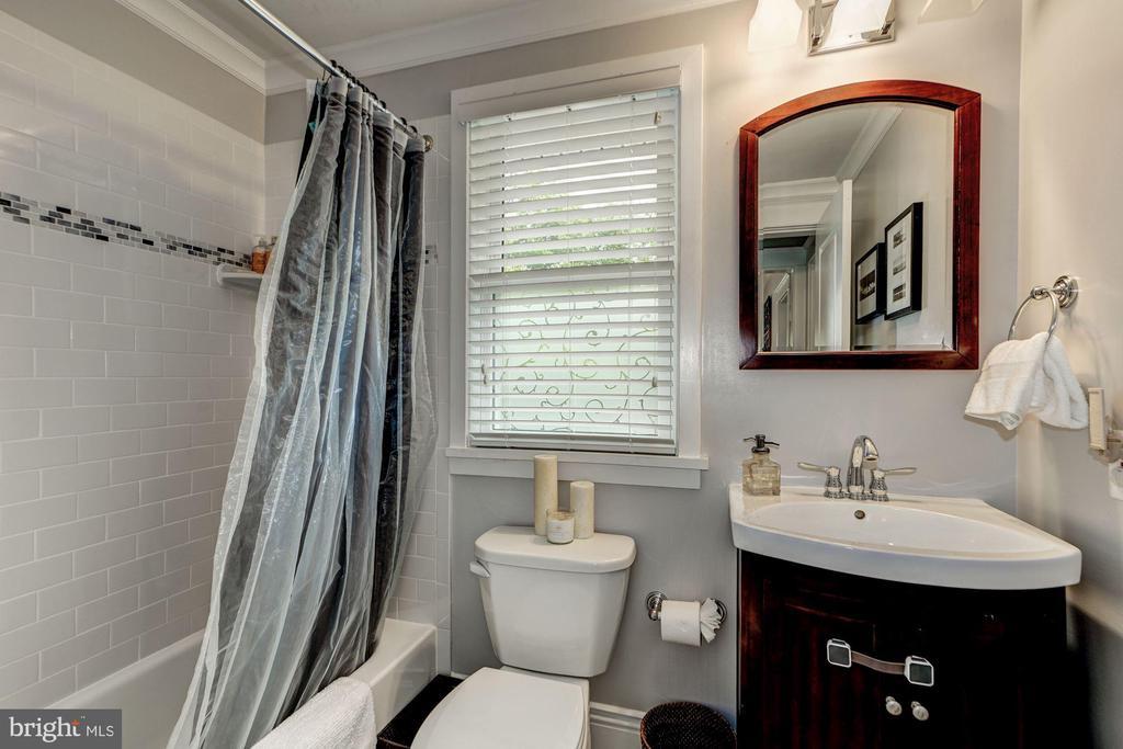 Main level renovated bathroom - 1703 N RANDOLPH ST, ARLINGTON