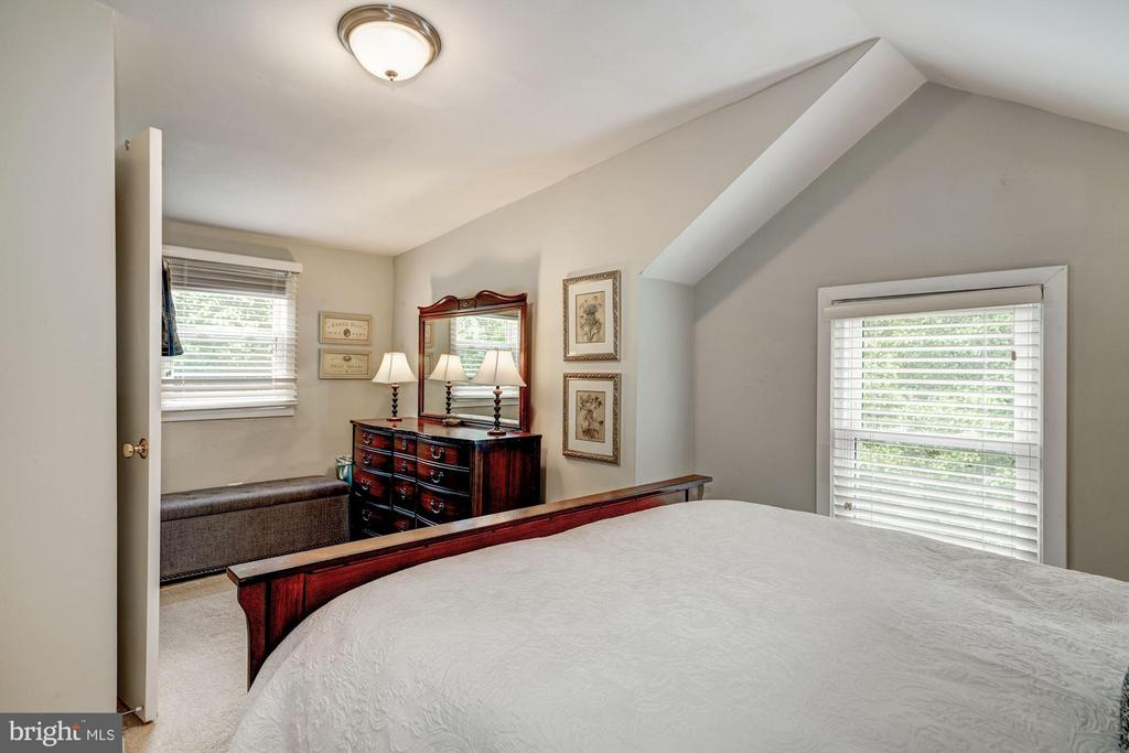 Lots of bright space in this room - 1703 N RANDOLPH ST, ARLINGTON
