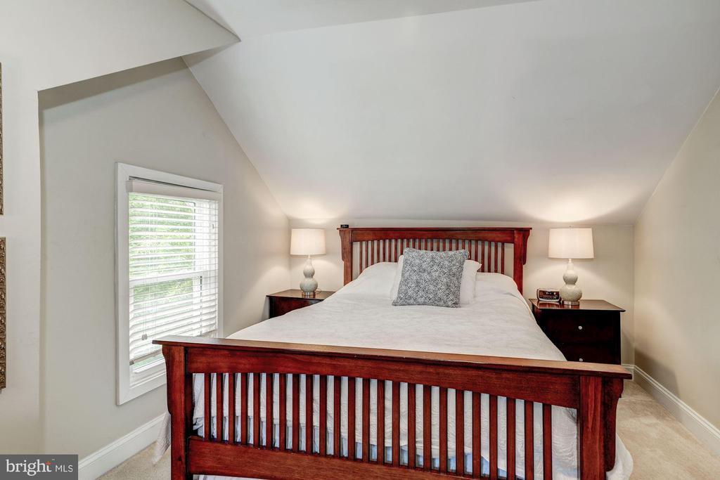 Master bedroom on upper level - 1703 N RANDOLPH ST, ARLINGTON