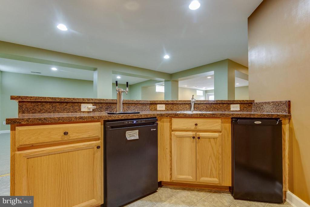 Lower Level Kitchen & Wet Bar - 41777 PURPOSE WAY, ALDIE
