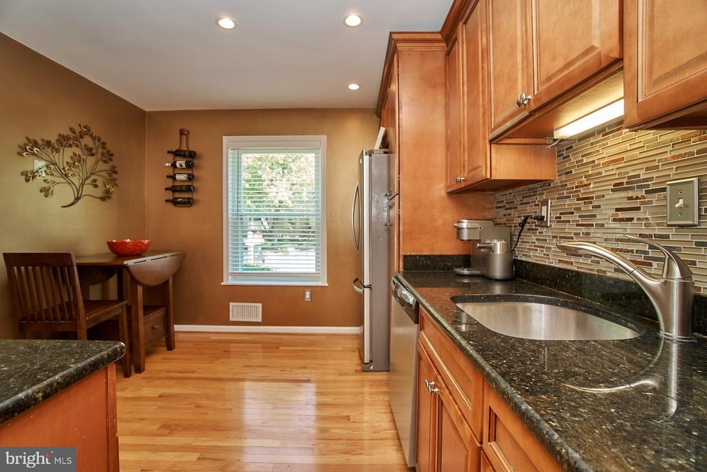 Backsplash and Hardwood Floor - 6011 TICONDEROGA CT, BURKE