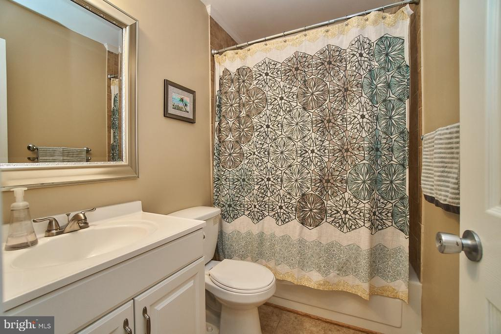 Hall Bath - 6011 TICONDEROGA CT, BURKE