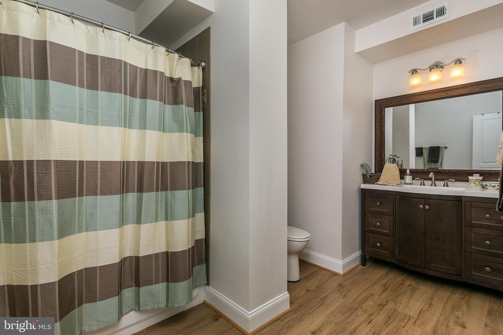 full bath in basement - 7560 HUNTER WOODS DR, MANASSAS