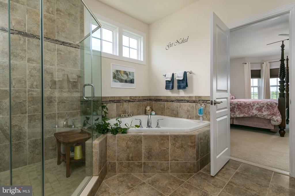 master shower and soaking tub - 7560 HUNTER WOODS DR, MANASSAS