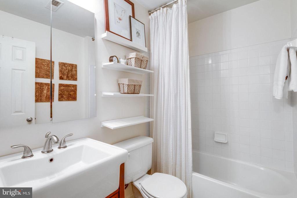 Full hall bath on UL - 21486 PLYMOUTH PL, ASHBURN