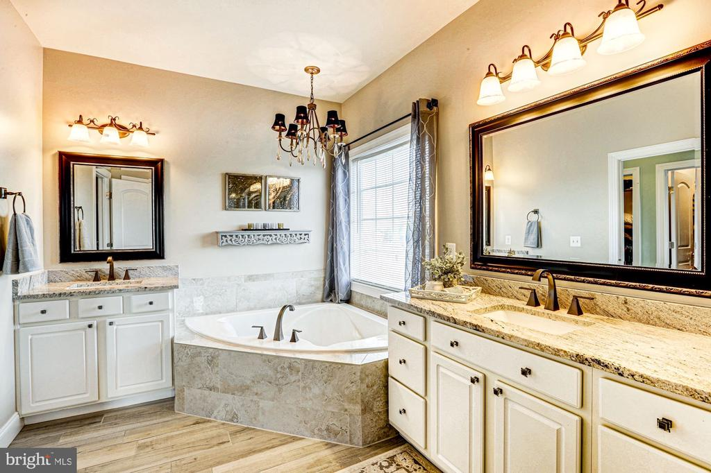 Separate vanities & soaking tub - 16800 ANCHOR BEND CIR, WOODBRIDGE