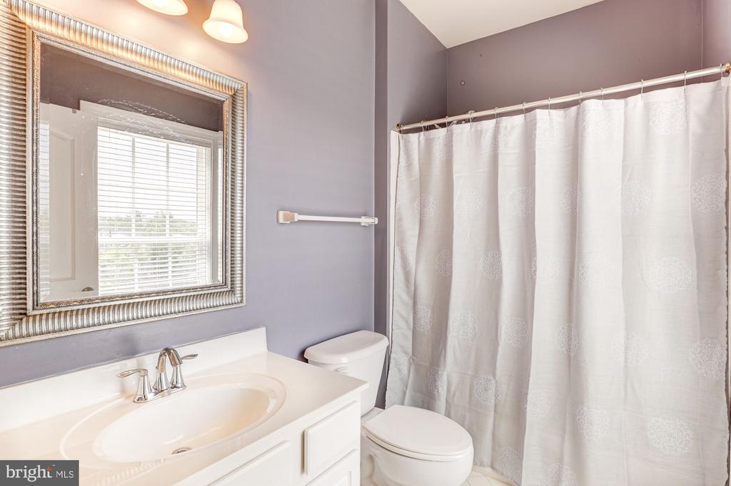 Upstairs bath 3 (en suite) - 16800 ANCHOR BEND CIR, WOODBRIDGE