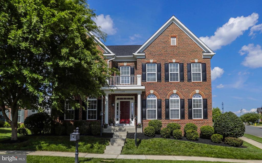 Gorgeous brick front with portico - 16800 ANCHOR BEND CIR, WOODBRIDGE
