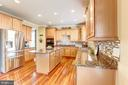 Gourmet kitchen with granite & backsplash - 16800 ANCHOR BEND CIR, WOODBRIDGE