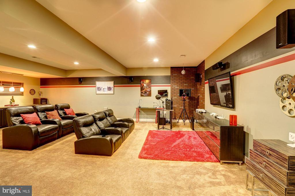 Media Room furniture, TV & surround sound conveys! - 16800 ANCHOR BEND CIR, WOODBRIDGE