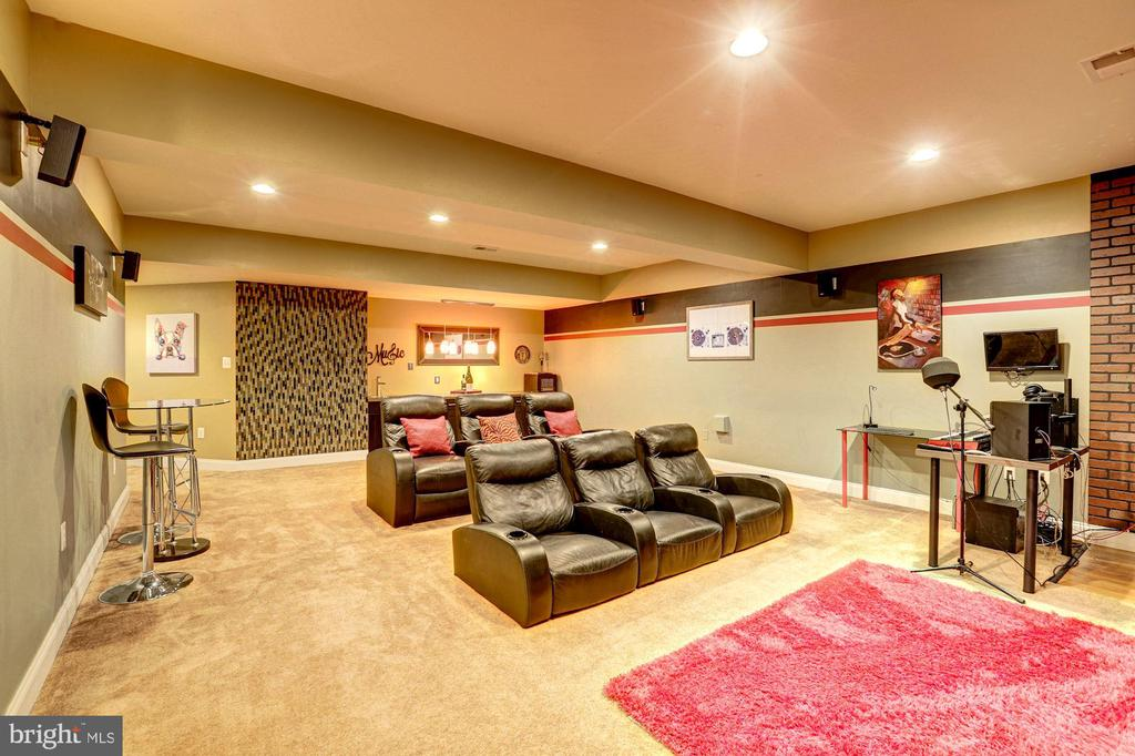 Media Room with wet bar - 16800 ANCHOR BEND CIR, WOODBRIDGE