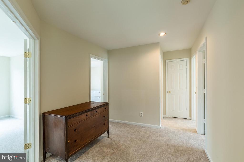 Large landing/hallway to master and other bedrooms - 18 WESTHAMPTON CT, STAFFORD