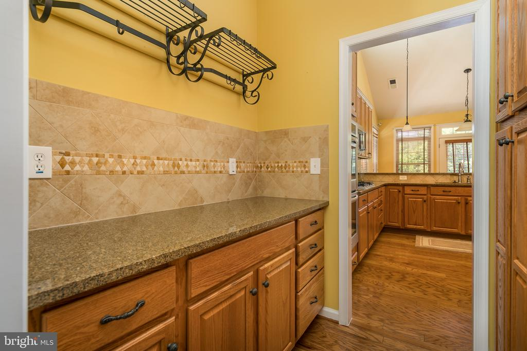 Butlers Pantry with Custom Cabinets, Tile&Granite - 20579 CRESCENT POINTE PL, ASHBURN