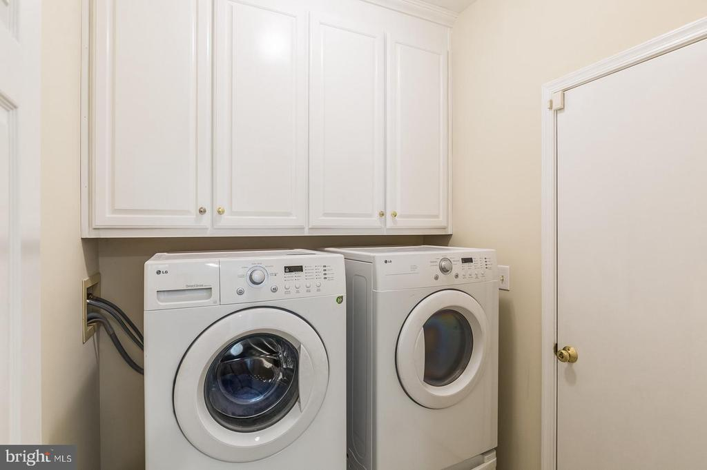 Laundry on main level. - 18 WESTHAMPTON CT, STAFFORD