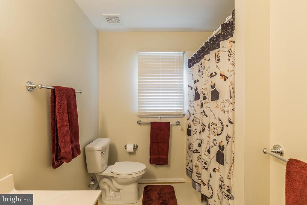 Upstairs Hall Bathroom with Double Vanity - 18 WESTHAMPTON CT, STAFFORD
